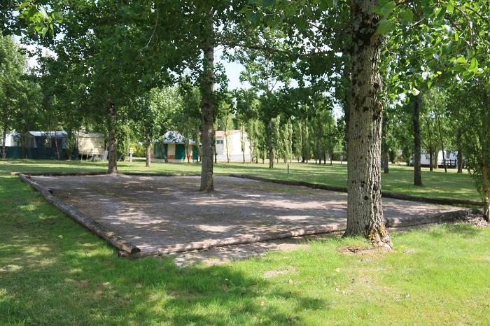 Camping avec terrain de pétanque proche Cognac
